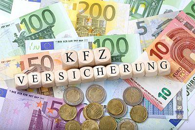 Geldscheine und Münzen mit KFZ Versicherung