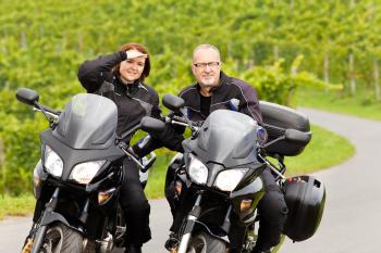 Mann und Frau fahren Motorrad