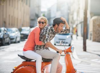 Junges Paar auf einem Moped