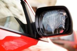 Beschädigtes Auto am Spiegel