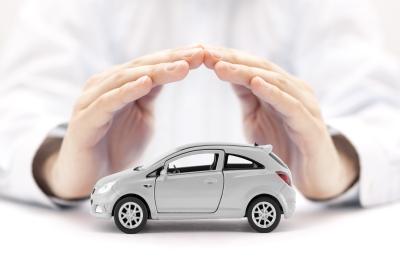 Opel Corsa Auto Versicherung durch Hände dargestellt