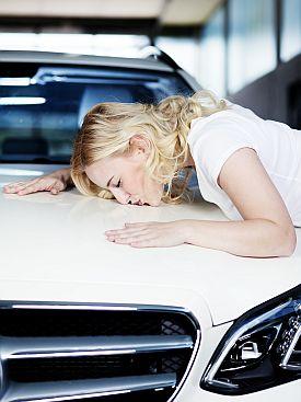 Frau küsst Auto - finanziert