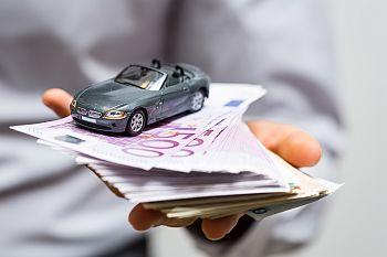 spielzeugauto auf Geld