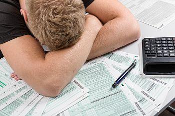 Mann verzweifelt über Steuererklärung