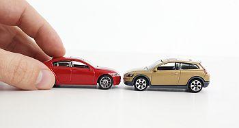 Zwei Spielzeugautos stoßen zusammen
