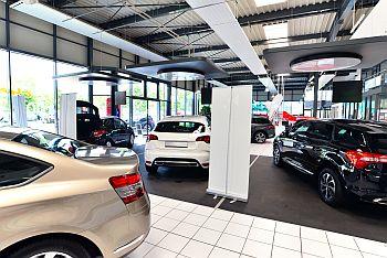 Neuwagen im Autohaus