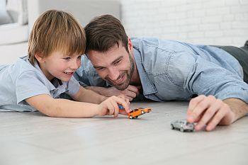 Vater und Kind spielen mit Autos